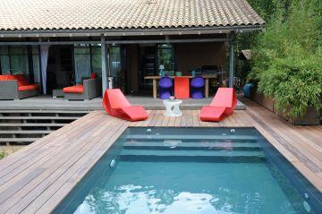 La piscine est équipée d'un escabanc droit
