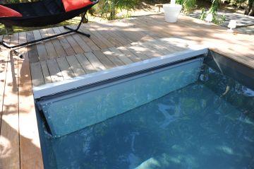 Une piscine Piscinelle équipée d'un volet immergé