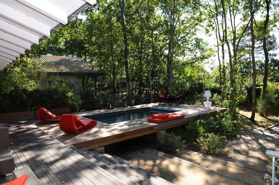 La piscine se raccorde parfaitement à la maison en étant implantée totalement hors-sol.
