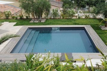 Une piscine entourée de verdure