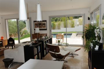 La piscine vue de l'intérieur de la maison