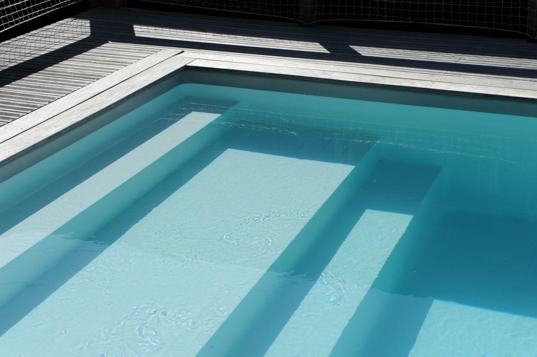 Escalier immergé de piscine intégrée à la structure et sous le liner.