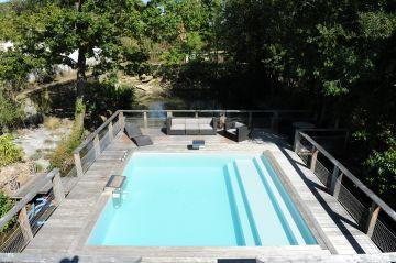 La piscine est entourée d'une dense végétation