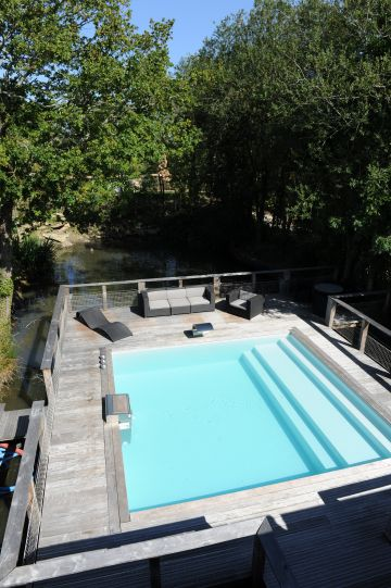 Le liner vert argile donne une belle couleur à l'eau de la piscine