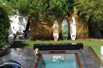 Vélo, planches de surf [...] des équipements sportifs autour de la piscine