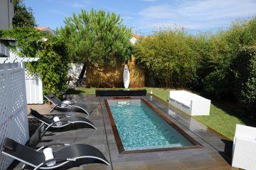 Transats et salon de jardin entourent la piscine