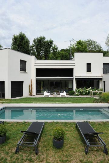 Une maison noire et blanche très épurée