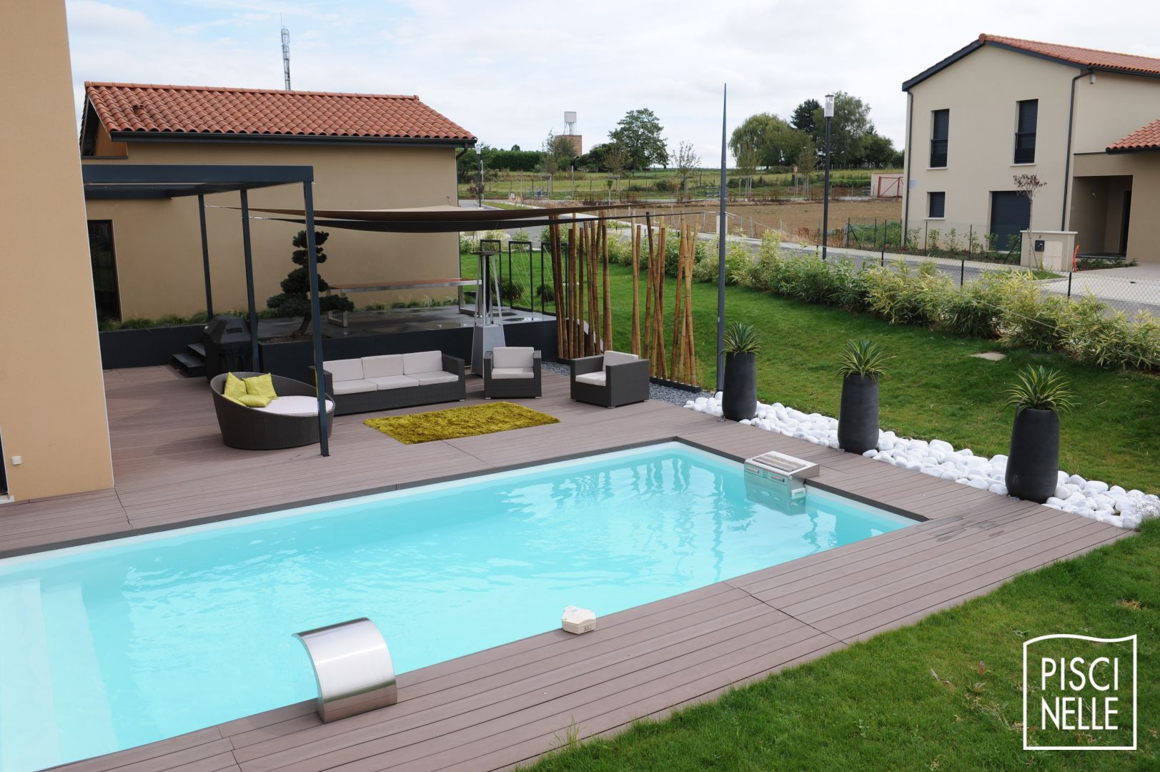 Piscine jardin rectangle vacances arts guides voyages for Comparatif piscine coque ou beton
