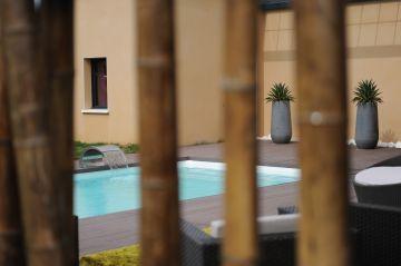 Focus sur la piscine en arrière plan
