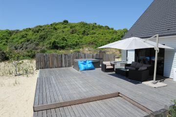 Sur la cote d'Opale, cette Piscinelle et son Rolling-Deck s'intègrent avec sobriété et humilité à un décors hors normes fait du sable fin et des dunes du Nord.