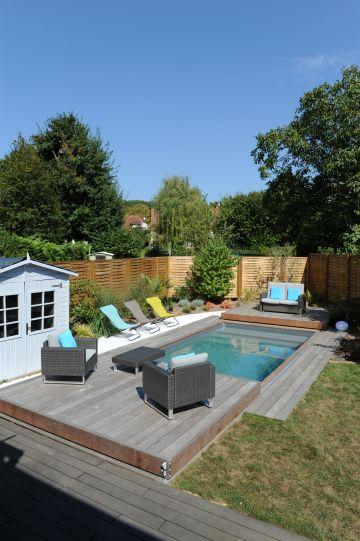 Une piscine Piscinelle installée en centre-ville et disposant d'une terrasse mobile Rolling-Deck ouverte.