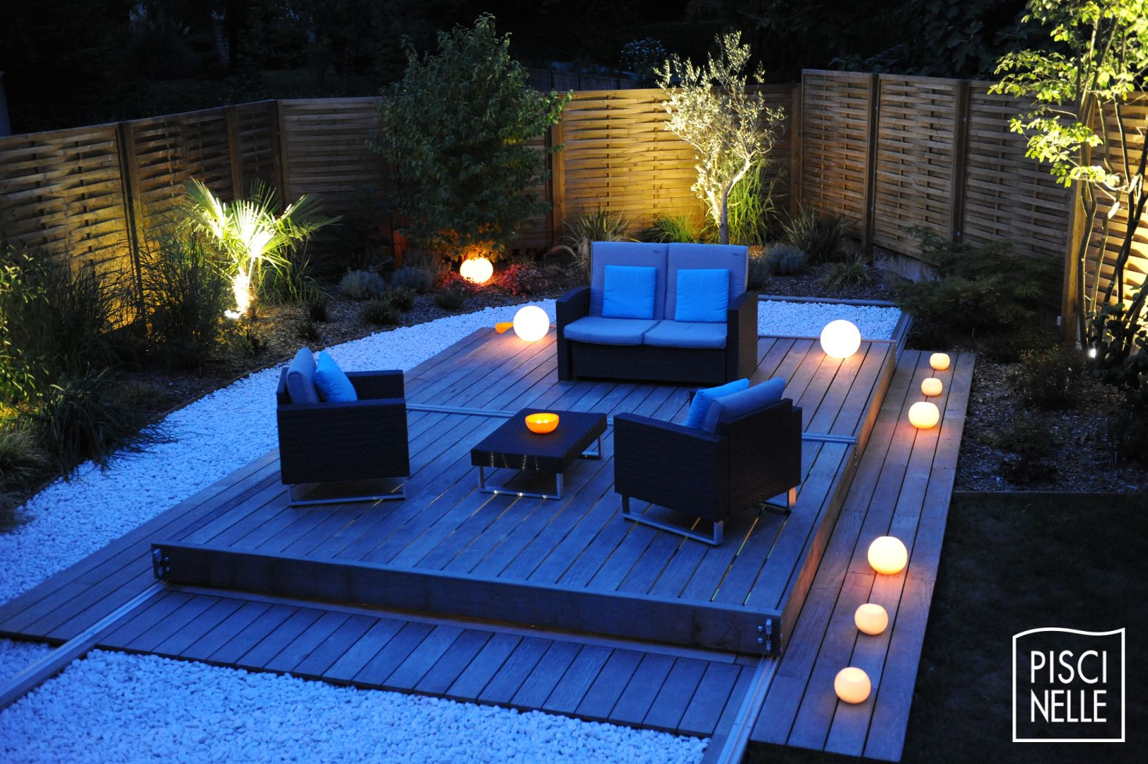 Une petite piscine de nuit avec terrasse mobile en 2 parties - Piscine et terrasse ...