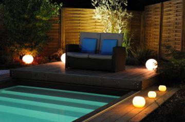 Le canapé d'extérieur se déplace en même temps de le Rolling-Deck et permet de profiter autrement de la piscine.