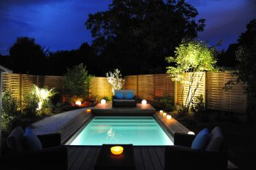 Petite piscine et sa terrasse mobile ouverte, cette Piscinelle a été désignée Trophée d'Argent dans la catégorie