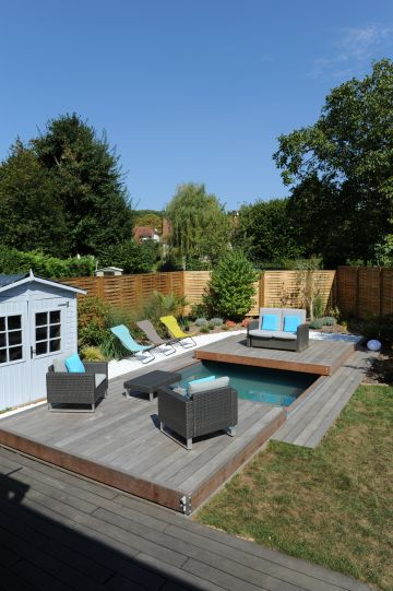 Une piscine Piscinelle installée en centre-ville et disposant d'une terrasse mobile Rolling-Deck en cours de fermeture.