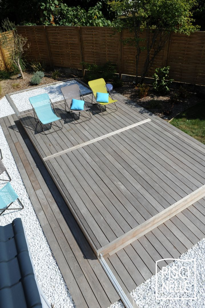 Une petite piscine de nuit avec terrasse mobile en 2 parties for Terrasse cailloux blanc