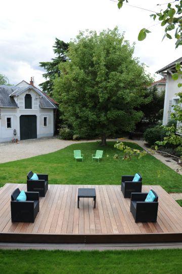 Entre la maison de maître et la maison de gardien, la piscine sait se faire discrète sous sa terrasse coulissante Rolling-Deck.